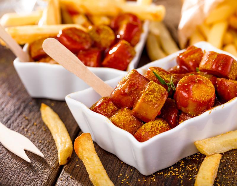 Schälchen Pommes und Currywurst